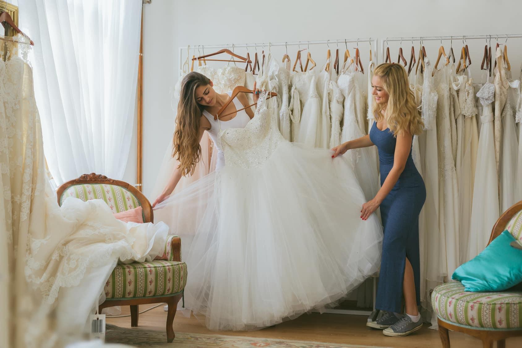 Faites l'essayage des robe de mariée