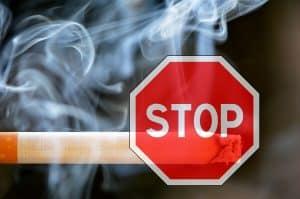 Une cigarette avec un panneau stop